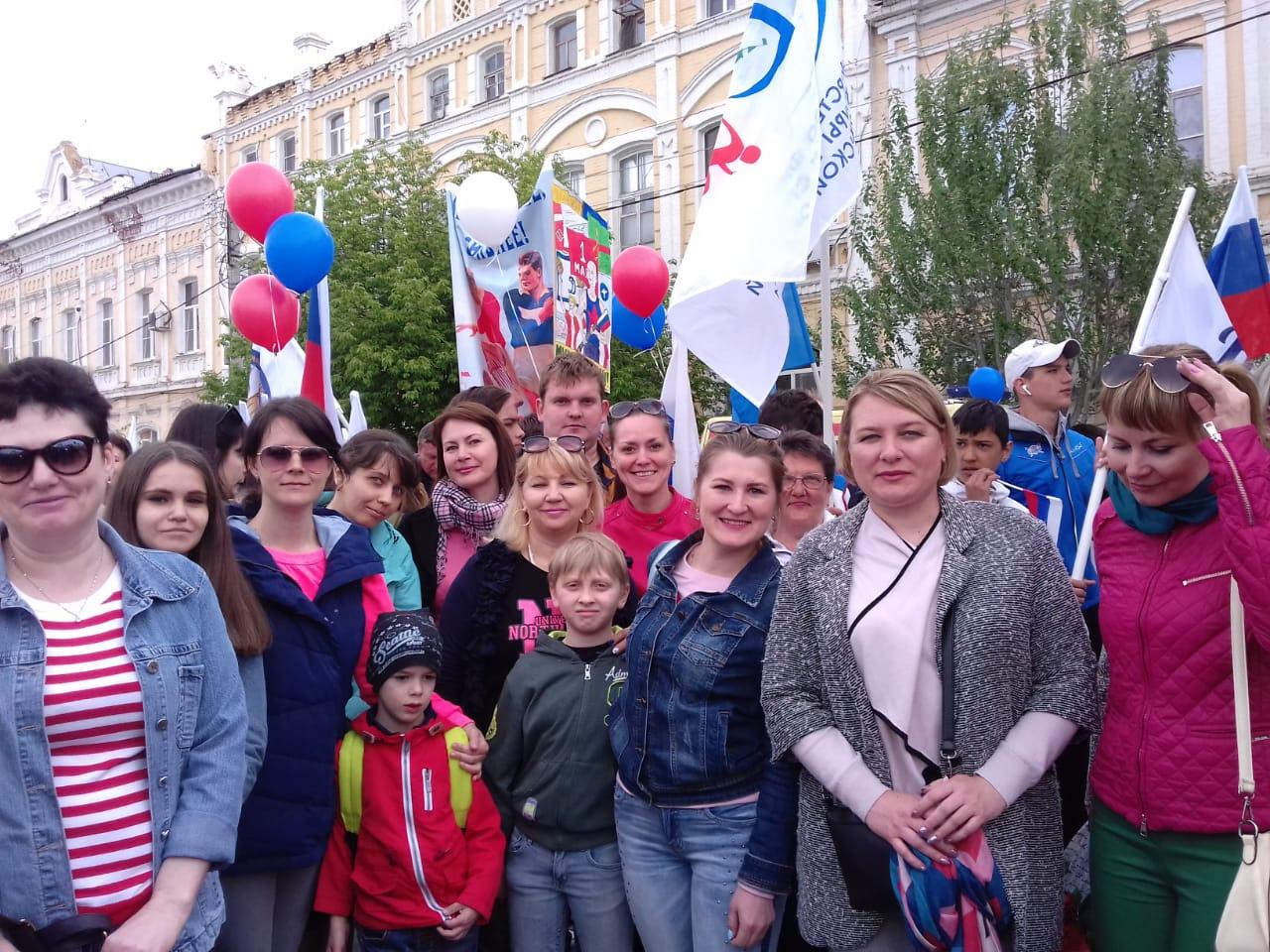 Сотрудники астраханского ЗАГСа участвовали в первомайском шествии